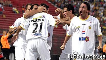 Jugadores del Deportivo Táchira celebran el segundo gol de Edgar Pérez Greco que les dió el triunfo en la capital paraguaya frente al equipo local Guaraní de Paraguay. Foto: EFE