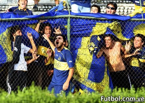 Esta foto no pertenece al encuentro contra Caracas FC en la Copa Libertadores. Ezequiel Millares, jugador del Everton festaje un gol junto con su hinchada. 17/02/2008. CLAUDIO DIAZ/PHOTOSPORT.