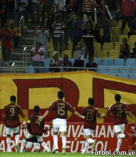 """Venezuela celebra el triunfo ante Uruguay que lo clasifica al Mundial Sub-20 en el estadio """"José Gregorio Anzoátegui"""" en Puerto La Cruz. AFP PHOTO/Juan BARRETO"""