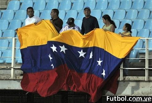 """Fans de la selección de Venezuela celebran el triunfo ante Uruguay que lo clasifica al Mundial Sub-20 en el estadio """"José Gregorio Anzoátegui"""" en Puerto La Cruz. AFP PHOTO/Yuri CORTEZ"""