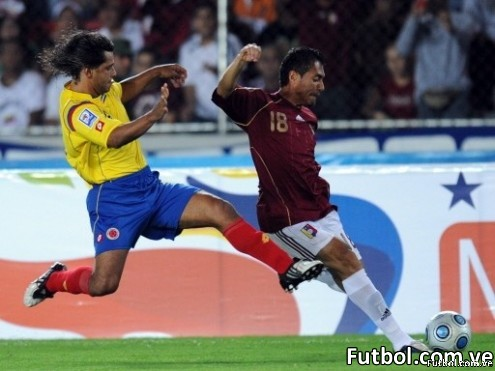 El venezolano Juan Arango (Derecha) disputa un balón mientras que el colombiano Abel Aguilar trata de quitárselo durante el encuentro celebrado en el estadio Cachamay de Puerto Ordaz en Venezuela por las eliminatorias a la Copa Mundial de Fútbol FIFA Sudáfrica 2010. AFP PHOTO / Juan Barreto