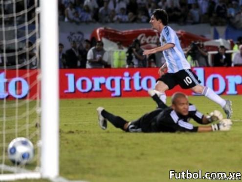 Portero Vega vencido por Lionel Messi - Foto: fifa.com