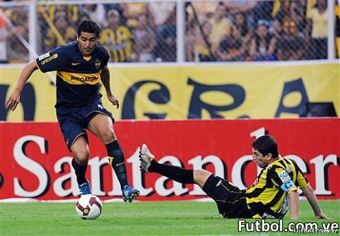 Juan Román Riquelme (izq.) del Boca Juniors disputa un balón con el defensa del Deportivo Táchira. AFP Photo / Juan Barreto