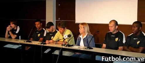 Los nuevos aurinegros junto con Juana Suárez y el DT Carlos Maldonado. Foto: Gennaro Pascale