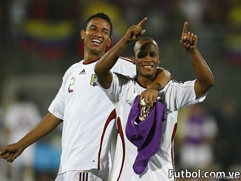 Angel Flores celebra junto a su compañero Yonathan del Valle después de la victoria sobre Tahití en el Mundial Sub-20 de Egipto 2009. Foto: Getty Images