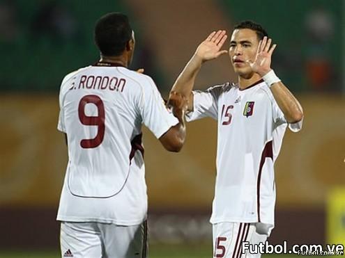 El jugador de la selección de Venezuela José Rondón es felicitado por su compañero de equipo Henri Pernía en la victoria sobre la selección de Tahití de 8 goles por 0. Foto: Getty Images