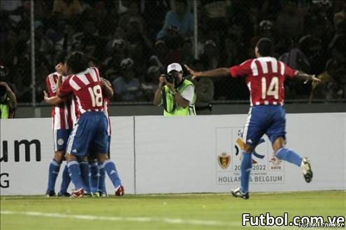 Los jugadores de la selección de Paraguay celebran el segundo gol que les dió la vistoria sobre Venezuela y que acabó con elsueño mundialista de ésta última. Foto: EFE/ Harold Escalona y AFP/ Juan Barreto