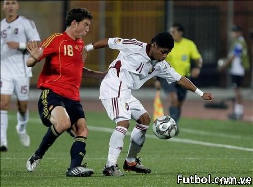 El jugador español Oscar De Marcos (i) lucha por el balón con el venezolano Carlos Fernández (d), durante un partido del mundial Sub'20 de fútbol que ha enfrentado a las selecciones de España y Venezuela en el estadio Al-Salam de El Cairo, Egipto, hoy 01 de octubre de 2009. EFE/Mohamed Messara