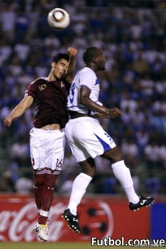 Luigi Erazo y Osman Chávezsaltan por el balón en un lance del partido