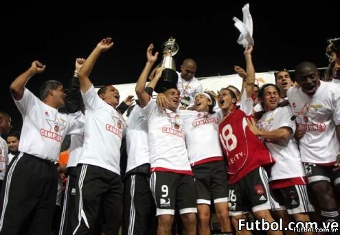 Jugadores del Caracas FC celebran su victoria En Pueblo Nuevo 4 - 1 sobre el Deportivo Táchira y obtienen así su undécima estrella. Foto: News Flash JC