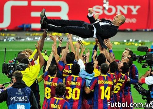 El técnico Pep Guardiola es alzado por su equipo luego de coronarse Campeón de la Champions League.