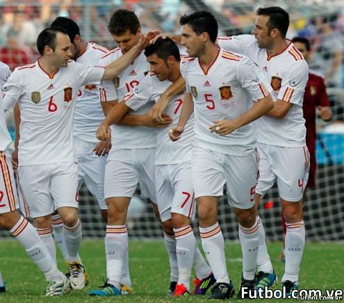 Villa celebra su gol al minuto 4 que enfriaría los ánimos muy temprano. El juego terminó 0-3 favorable a España. Foto: AP