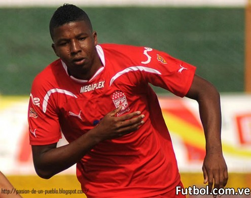 El atacante colombiano William Zapata cruzó la frontera dejando el Cúcuta Deportivo para sumarse a las filas del Deportivo Táchira F.C. como refuerzo para afrontar la segunda parte de la temporada 2011-2012.
