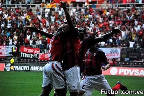 Jugadores del Deportivo Lara celebran el triunfo ante el Mineros y el haberse coronado Campeones del Torneo Apertura 2011 - 2012