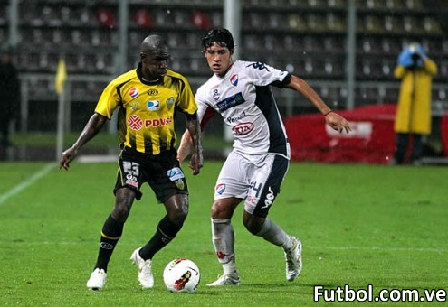 El jugador del Deportivo Táchira Cásseres sería derribado en el área en una infracción que el boliviano Raúl Orosco no apreció como infracción a pesar de la claridad del agarrón. Foto: Gennaro Pascale
