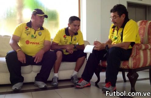 Manolo Contreras acompañado de Alexis Duque y Humberto Suárez. Foto: Gennaro Pascale / Deportivo Táchira