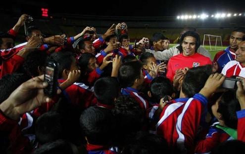 Radamel Falcao, rodeado de niños en su gira latinoaericana con el Atlético de Madrid. Foto: Marca.com