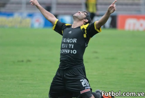 Diego Cochas celebra su gol de tiro libre frente al Monagas por la 3ra fecha del Torneo 2012 - 2013. Foto: Gennaro Pascale / Prensa Deportivo Táchira