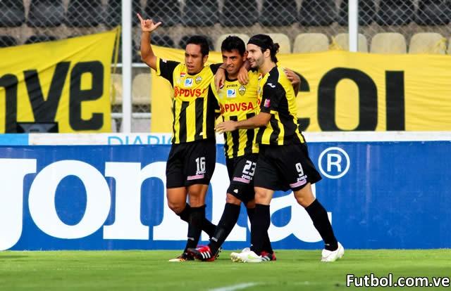 Luis Miguel Escalada contribuyó con 2 goles para que el Deportivo Táchira goleara 3 - 0 al Real Esppor en el Polideportivo de Pueblo Nuevo. Foto: Gennaro Pascale