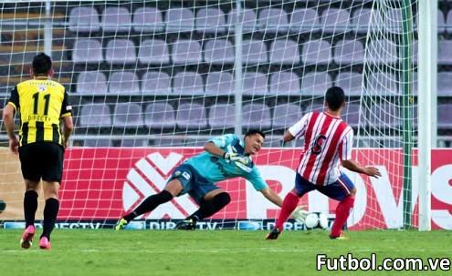 Roberts Rivas se vistió de héroe en la disputa andina al detener en el minuto 73' el cobro desde los doce pasos ejecutado por Ronald Ramírez. Foto: Gennaro Pascale